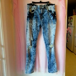 Arizona Jeans Co. • Distressed Skinny Jeans